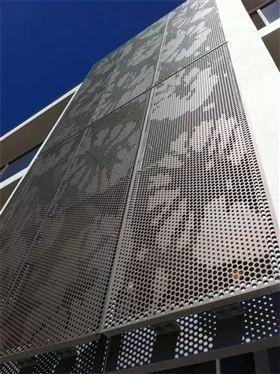 上面这种图片中的冲孔铝单板主要是应用于吊顶,配合玻璃幕墙,相应的